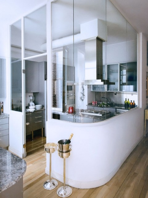 Glass walled kitchen - Photo found on arkpad.com.br