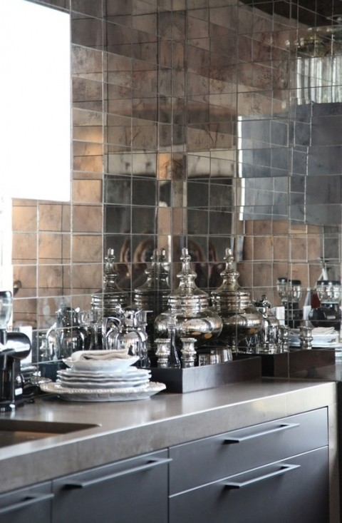 Kitchen with mirror tiles - Photo from confettistyle.wordpress.com