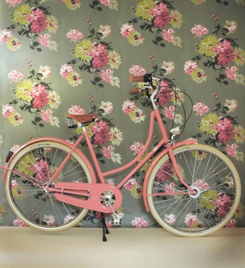 Floral wallpaper and bike - Found on citygirlrides.blogspot.com.ar