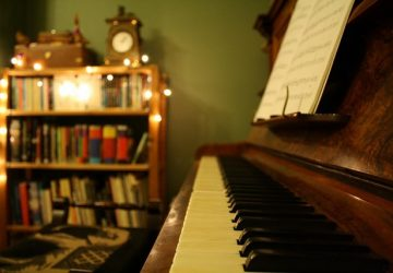 How To Uncover The Warm, Cosy Living Room You Never Had - Wooden Piano