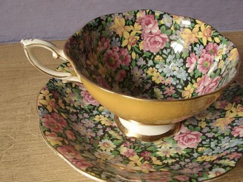 Inspiration to Give Your Home a Cottage Look - Vintage Teaset