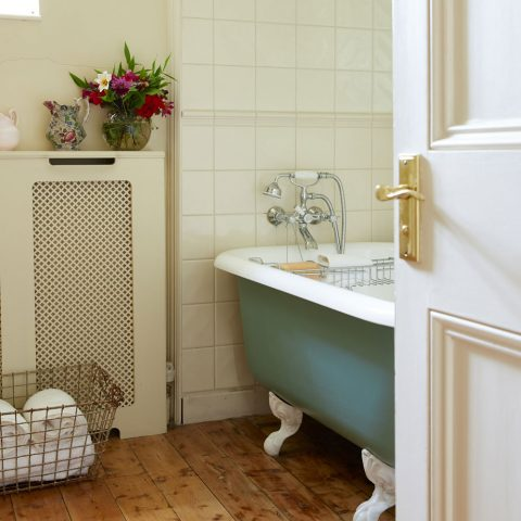 Give Your Bathing Quaters A Sprinkle Of Vintage - Image From IdealHome.co.uk