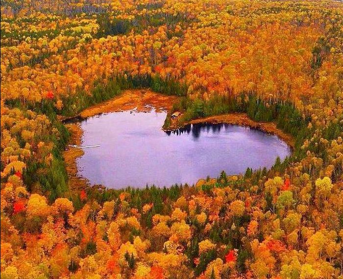 Key Interior Decor Trends For Winter 2018/2019 - Lake Heart In Autumn - La Mauricie National Park Canada