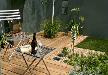 Small garden, grey walls, garden mirrors, Bistro table and chair