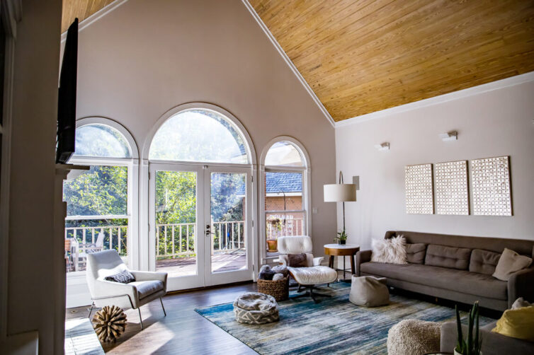 High ceiling, vaulted ceiling in living room