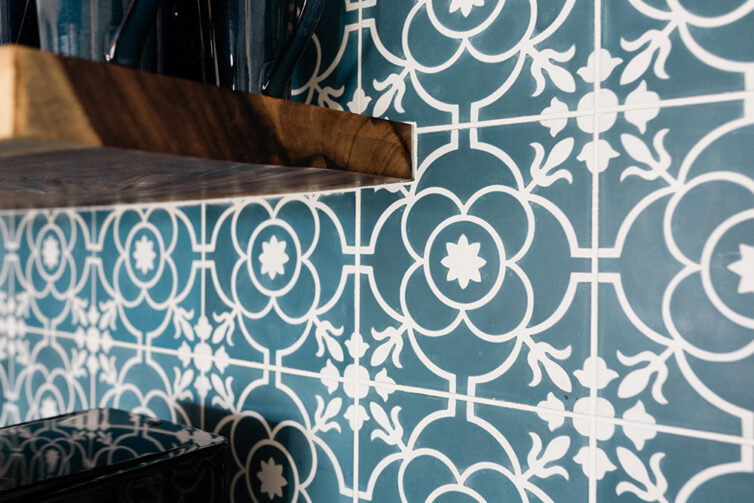 Blue patterned kitchen tiles